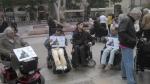 """Photo de manifestants en fauteuil tenant des panneaux """" non au report ! 40 ans d'immobilisme ça suffit !, jpg"""
