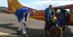 Capture écran FR3 Auvergne : arrivée à l'avion pour sauter en parachute, jpg