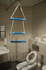 Photo de toilettes accessibles à Francfort, Tiagovaz wikimedia, jpg