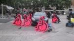 """Photo de manifestants tenant des silhouettes """"accceder7exister"""" de l'APF"""