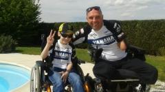 Enfant en fauteuil roulant et Philippe Croizon, jpg