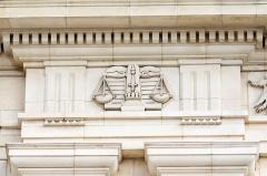 Photo de Symboles de la Justice (la balance et le glaive) ornant la frise du premier étage, Rennes, jpg.