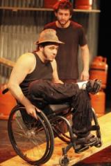 """Photo spectacle """"Extrêmités"""" représentant un homme sur un fauteuil roulant, jpg"""
